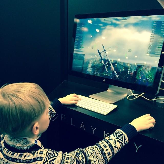 Мальчик играет в World of Warplanes в облаке Playkey